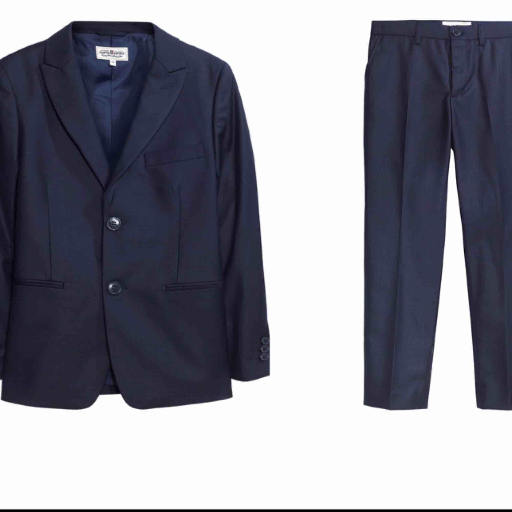 blazer + kostymbyxorna + Vitt skjorta  Säljes en blazer (Kavaj) tillsammans med matchande kostymbyxorna i marinblå färg + en Vitt Skjorta. var köpta på Kappahl och användes bara en gång  Kappahl pris: 897 kr Allt säljes för 450 kr. Kostymer.