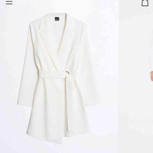 HELT NY klänning från Gina Tricot. Nypris 599kr. Storlek small/36. Ligger i originalförpackning (endast öppnad för att fota bilden) och har lapparna kvar 💗💗