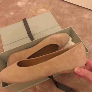 Beige färgade ballerina från märket Flattered. Aldrig använda och medföljande box samt dustbag (se bilder) följer med vid köpet. Strl: 37  Möts upp i Ropsten eller fraktar då köparen står för frakten.