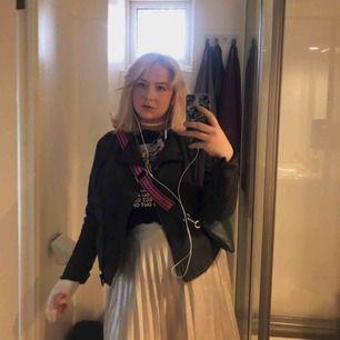 Såååå himla fin knälång kjol i den ballaste silvriga färgen!!  Klippt av den själv så kanten längst ner kan va aningen ojämn!! Men annars i perfekt skick. Säljer då den e lite liten på mig!!
