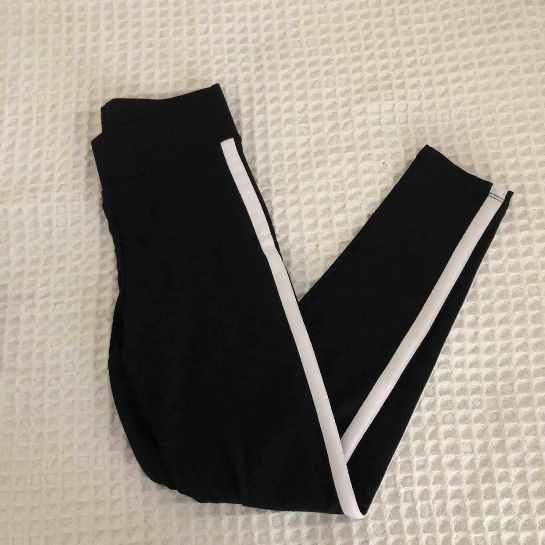 Tights från Gina Tricot med vita ränder på sidorna. Storlek;S. Endast provade, säljer pga fel storlek för mig. Pris:50+frakt. Jeans & Byxor.