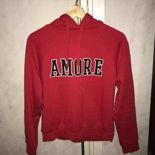 """Röd """"amore"""" hoddie från ginatricot, använd fåtal gånger och är i bra skick💕"""