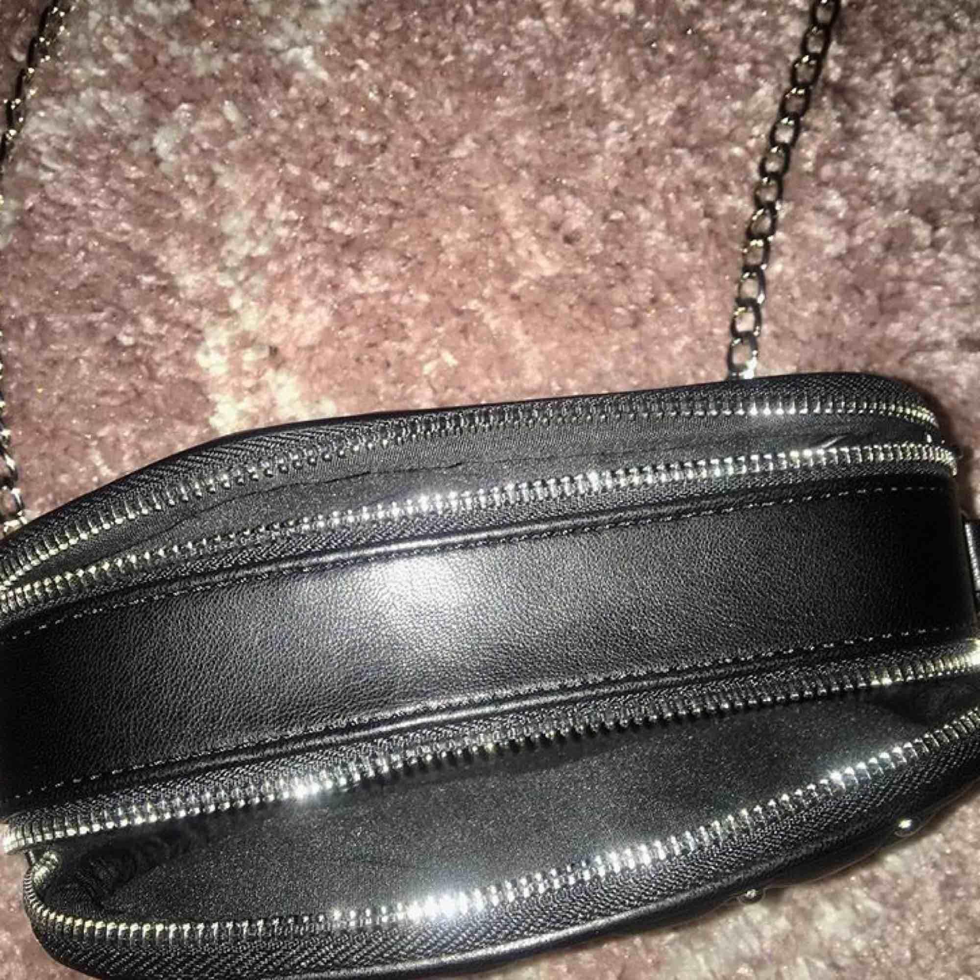 Fin väska från Lindex. Aldrig använd med prislapp kvar. Köpt för 300kr.  Fraktar ej. Väskor.