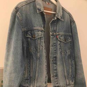 Säljer en Levis jeans jacka, strl S i herr strl. Men passar dam storlek s-l beroende på hur oversize man vill ha den, Skitsnygg färg med lite härliga slitningar!