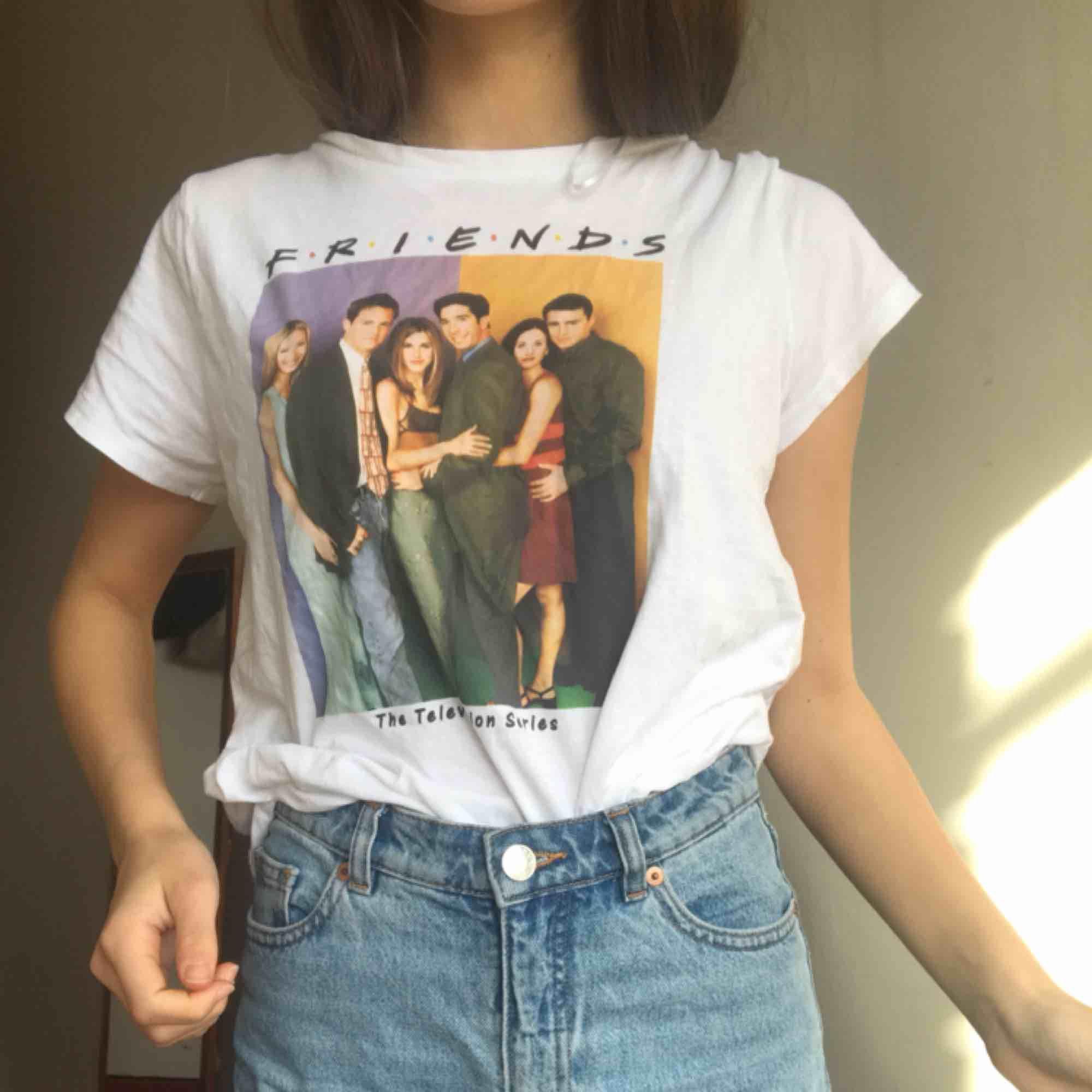 Säljer denna härliga t-shirt! • Storlek: S • Pris 44kr. Mycket bra sick, använd fåtal gånger. T-shirts.