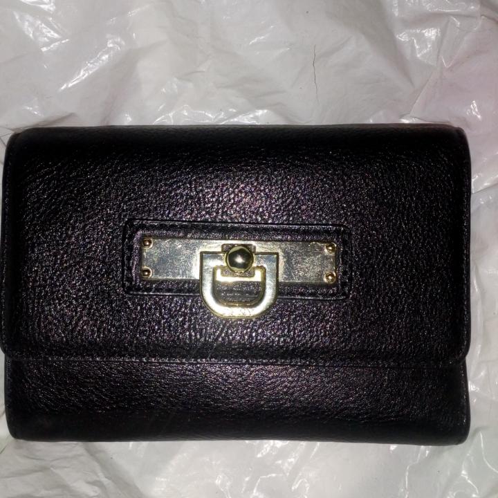 Äkta DKNY plånbok svart perfekt skick, fack för många kort, mynt fack och sedelfack, den blir aldrig använd  Frakt 39kr. Väskor.