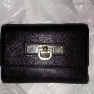 Äkta DKNY plånbok svart perfekt skick, fack för många kort, mynt fack och sedelfack, den blir aldrig använd  Frakt 39kr