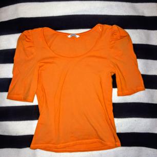Supersöt orange topp med lite puffärm. Frakt tillkommer på 18-27 kr ❤