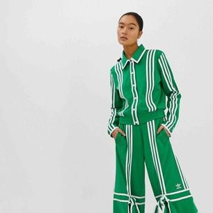 Säljer det gröna setet från Ji Won Choi's kollektion med Adidas. Ett väldigt exklusivt set som är slutsålt överallt! Vill man sticka ut och visa sin personlighet passar det en ☺️  Helt oanvänt med prislappar kvar! Överdel 38 Byxor 36  1000kr för båda