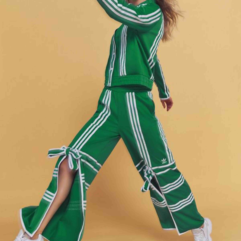 Säljer det gröna setet från Ji Won Choi's kollektion med Adidas. Ett väldigt exklusivt set som är slutsålt överallt! Vill man sticka ut och visa sin personlighet passar det en ☺️  Helt oanvänt med prislappar kvar! Överdel 38 Byxor 36  1000kr för båda . Jeans & Byxor.