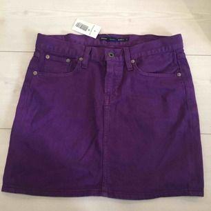 Fin kjol från Ralph Louren! Köpt i USA och aldrig använd då den tyvärr är i fel storlek.   Det står strl 27, men jag skulle säga att den motsvarar 38/40
