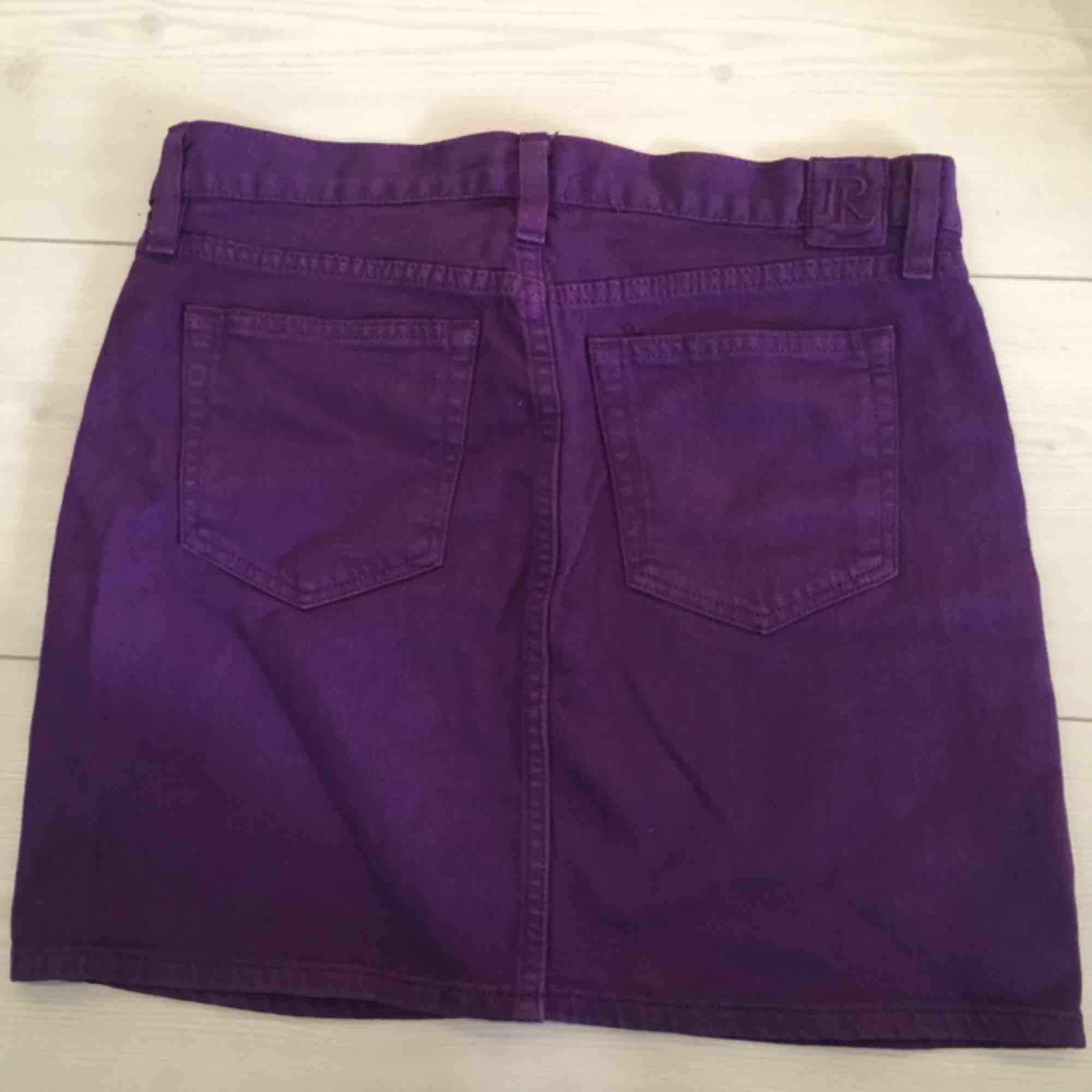 Fin kjol från Ralph Louren! Köpt i USA och aldrig använd då den tyvärr är i fel storlek.   Det står strl 27, men jag skulle säga att den motsvarar 38/40. Kjolar.