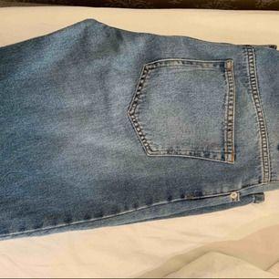 Sjukt snygga och trendiga byxor från NA-KD. Oanvända.