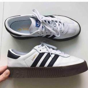 Så fina sneakers från Adidas. Använda 1-2 ggr, nyskick. Ångrade köpet pga har för många sneakers..  Storlek: 39 1/3. Frakt tillkommer ✨
