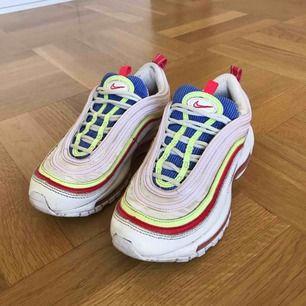 """Wmns Nike Air Max 97 SE """"Corduroy"""" i size us 6 eller eur 36.5. Sparsamt använda och nytvättade, condition 7/10. Älskar färgkombon och det neongula reflekterar ljus! 🌞"""