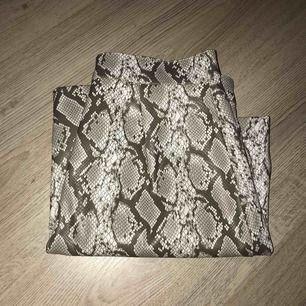Orm liknande mönster. Köpte denna på H&M, den kom tyvärr inte till användning. Eventuella frakten tillkommer.
