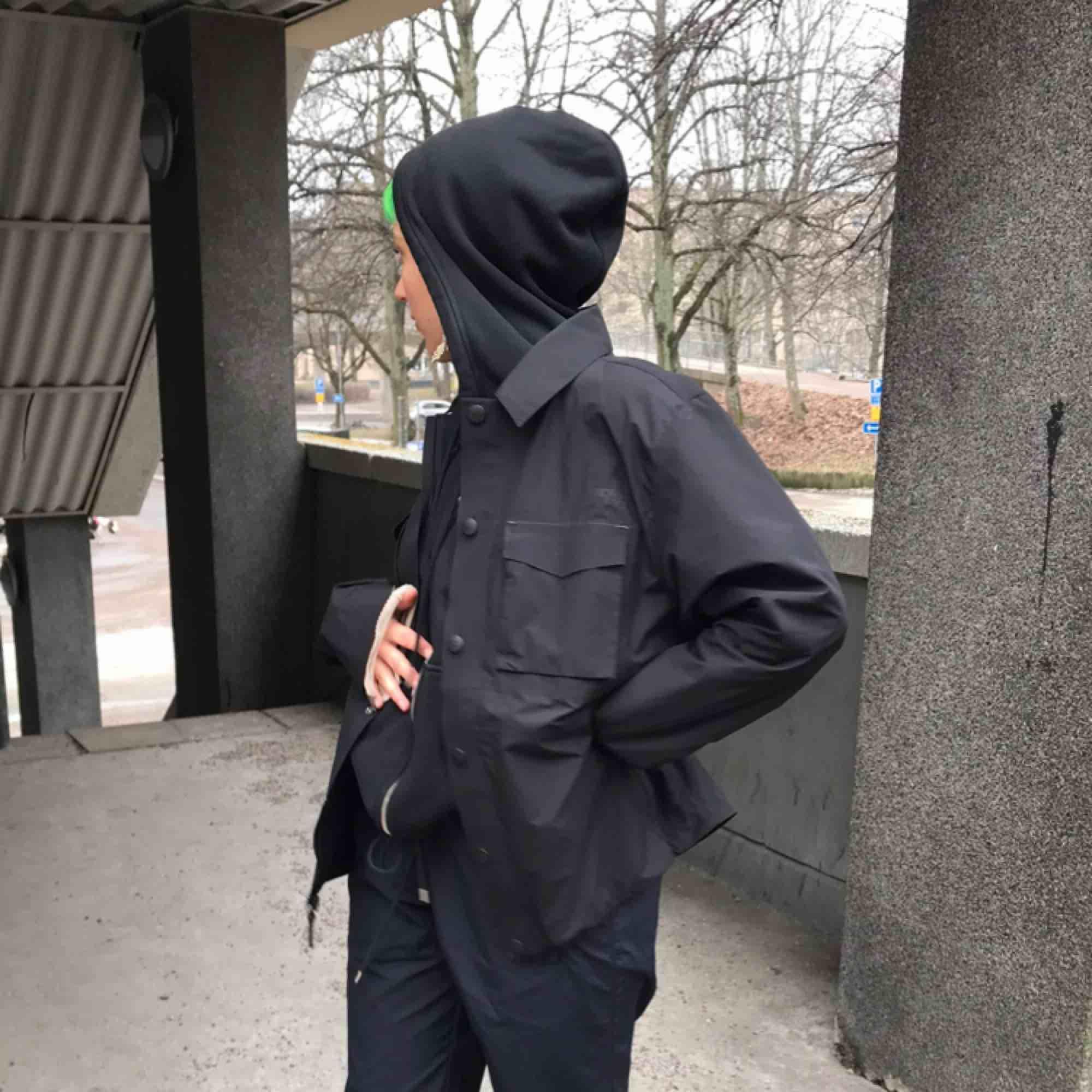 The North Face hoodoo jacket endast använd för fotografering så skicket är perfekt 😍 nypris på sneakersnstuff var 3899 kr och S sålde slut direkt. Finns dragsko nedtill så går att köra den puffy/plain 🌪. Jackor.