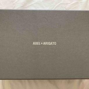 Splitternya sneakers från Arigato, aldrig använda pga för liten storlek! Nypris 1,850, men säljs för 700 vid snabb affär!!