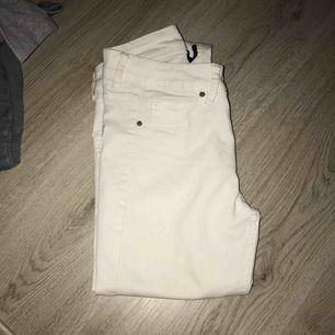 Säljer mina vita jeans från h&m. De är i storlek 34 men funkar även för någon med 36! Eventuella frakten tillkommer, möts annars upp i Stockholm!