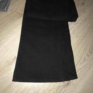 Säljer mina Bootcut jeans från Lindex! De kostade 500 kr i ny pris. De kom tyvärr aldrig till användning! Eventuella frakten tillkommer! Möts annars upp i Stockholm!