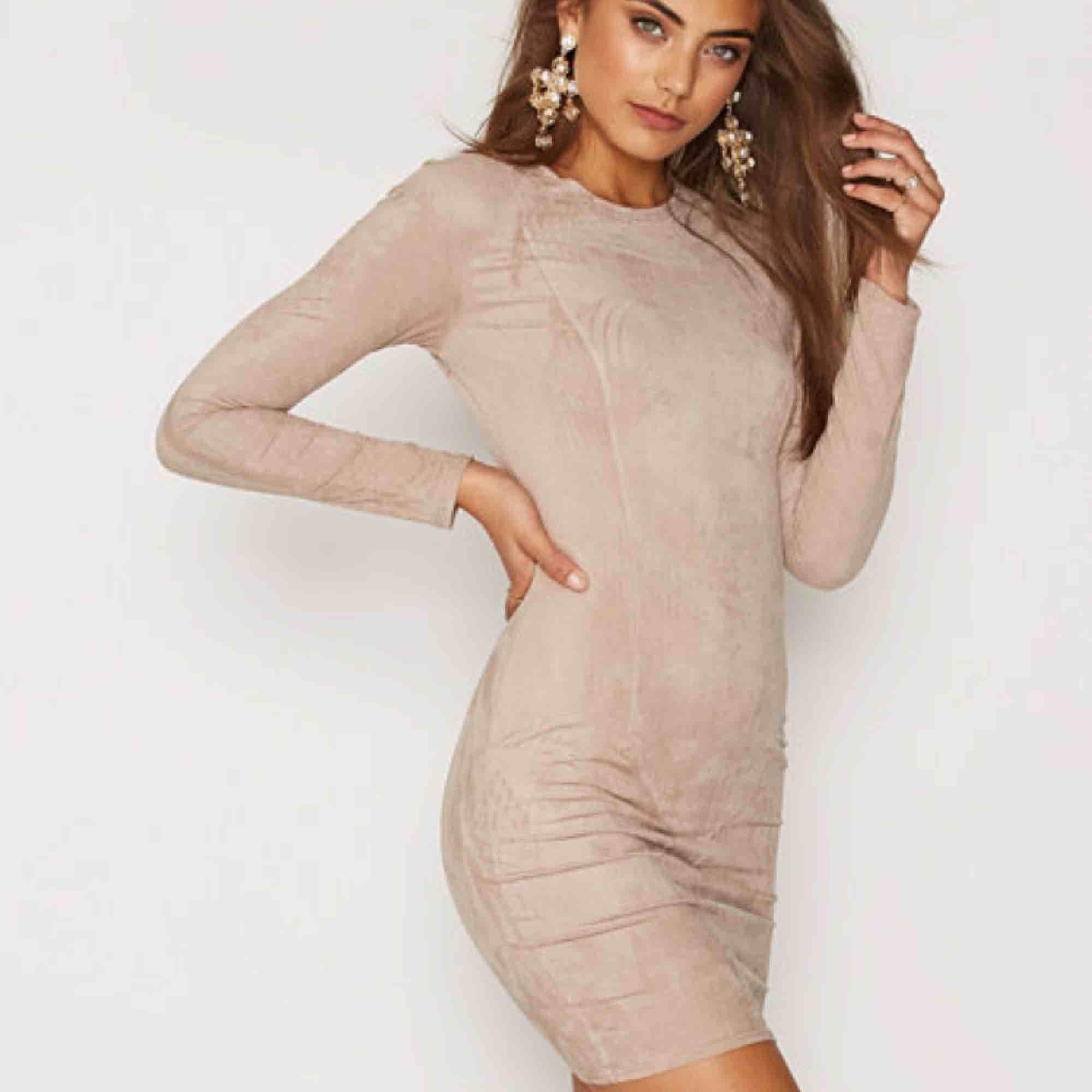 Beige mocka klänning från Nelly, använd ca 5 gånger, fake mocka matrial. Klänningar.