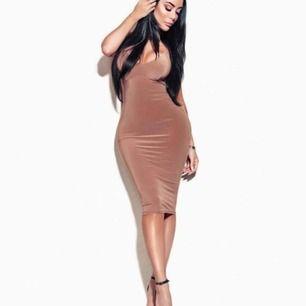 Beige Rebecka Stella klänning, använd ca 5 gånger, helt vanlig i ryggen