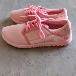 Etnies Scout Mono Pink. Köpta från Etnies hemsida för något år sedan. Har använt dem en gång utomhus sen har dem bara stått på skohyllan. Låg på ca 600:- när de fanns på hemsidan. Frakt tillkommer.