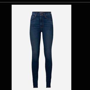 Mörkblåa Mile high super skinny Levis jeans, slitna nere vid kanten istället för sömmar,