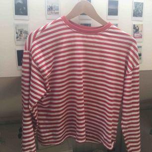 Skitfin röd vit randig tröja från hm. Frakt ingår inte men jag kan även mötas upp i Uppsala. Inga skador.