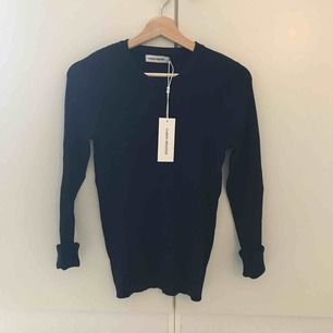 Mörkblå tröja i fin kvalité från Carin Wester. Oanvänd med prislappen kvar! Finstickad med struktur i mönstret Nypris 399 kr