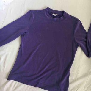 Lila tröja, as mysig tyg🌸 Har ej swish så kan endast ta emot kontanter, möts upp inom stockholm eller hämtas i Vällingby🌸
