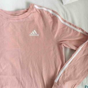 Ljus rosa / bebis rosa adidas tröja🌸 Har ej swish så kan endast ta emot kontanter, möts upp inom stockholm eller hämtas i Vällingby🌸