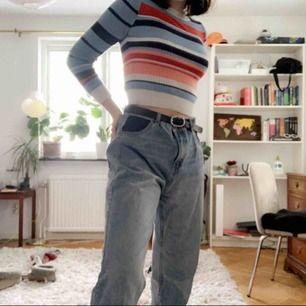 Skitsnygga mom/boyfriend jeans från Pull & Bear. Storleken är 40 men de passar mig som brukar ha storlek 36 om jag har skärp. Kan mötas i sthlm annars står köparen för frakt✨