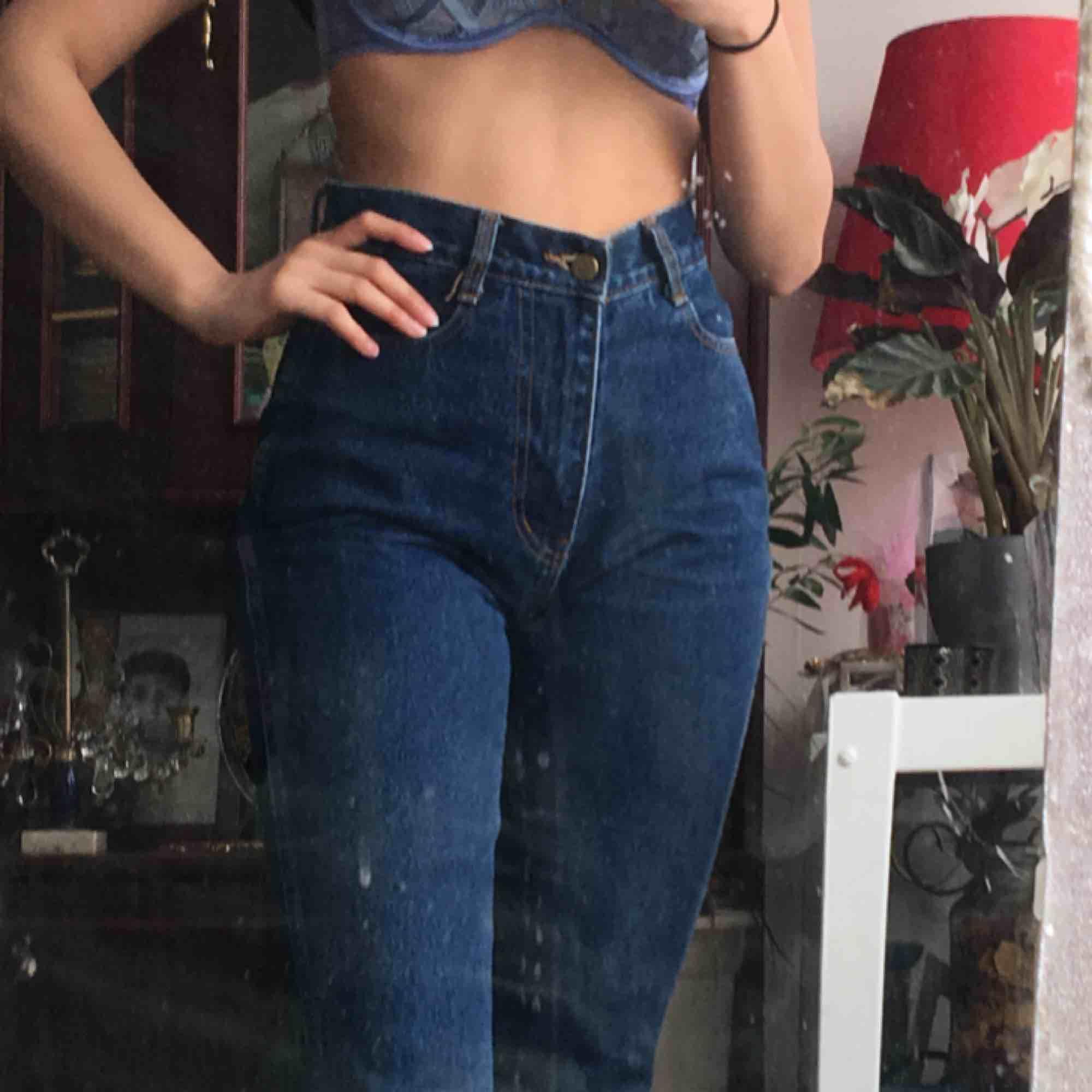 Säljer dessa snygga mom jeans! Knappt använda pga för stora vid midjan! :/ köpte de för 300, så hoppas på att de kan få ett nytt hem. Jeans & Byxor.