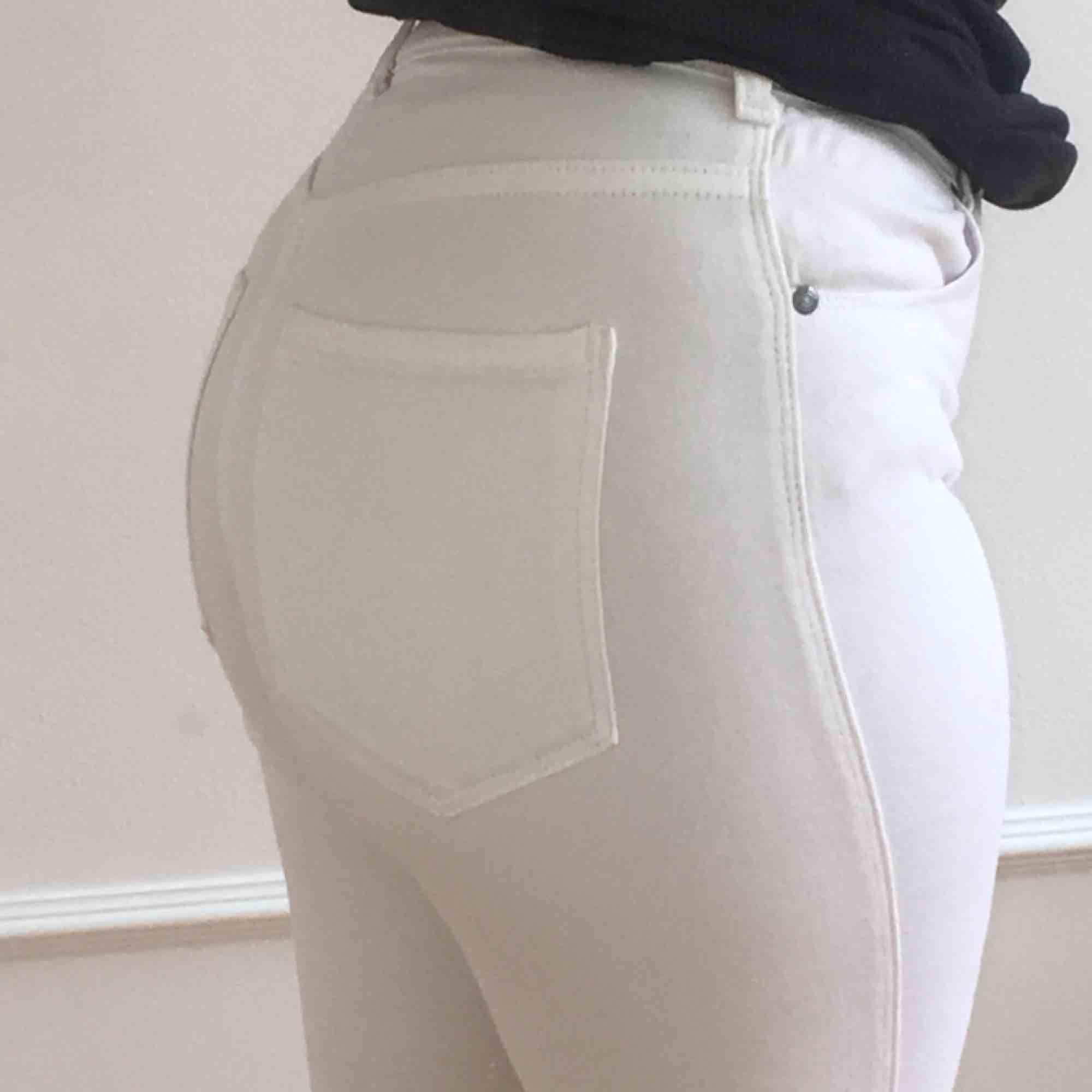 vita jeans från dr.denim i storlek s. väldigt fina till våren och sommaren! frakten ligger på 68kr och skriv för fler bilder :) pris kan diskuteras.. Jeans & Byxor.