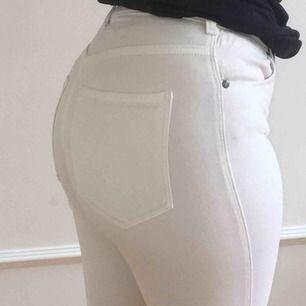 vita jeans från dr.denim i storlek s. väldigt fina till våren och sommaren! frakten ligger på 68kr och skriv för fler bilder :) pris kan diskuteras.