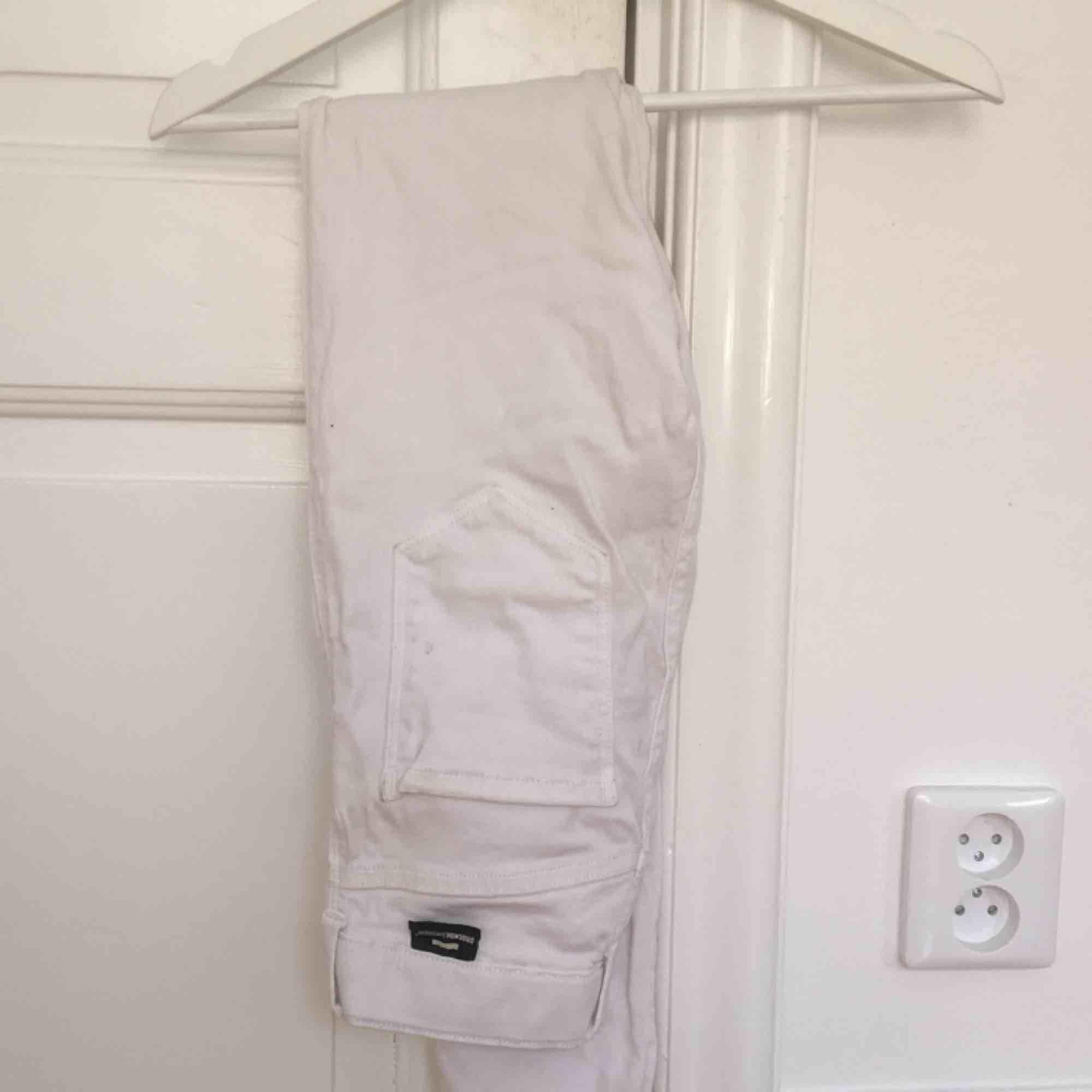 vita jeans från dr.denim i storlek s. väldigt fina till våren och sommaren! frakt tillkommer och skriv för fler bilder :) pris kan diskuteras.. Jeans & Byxor.