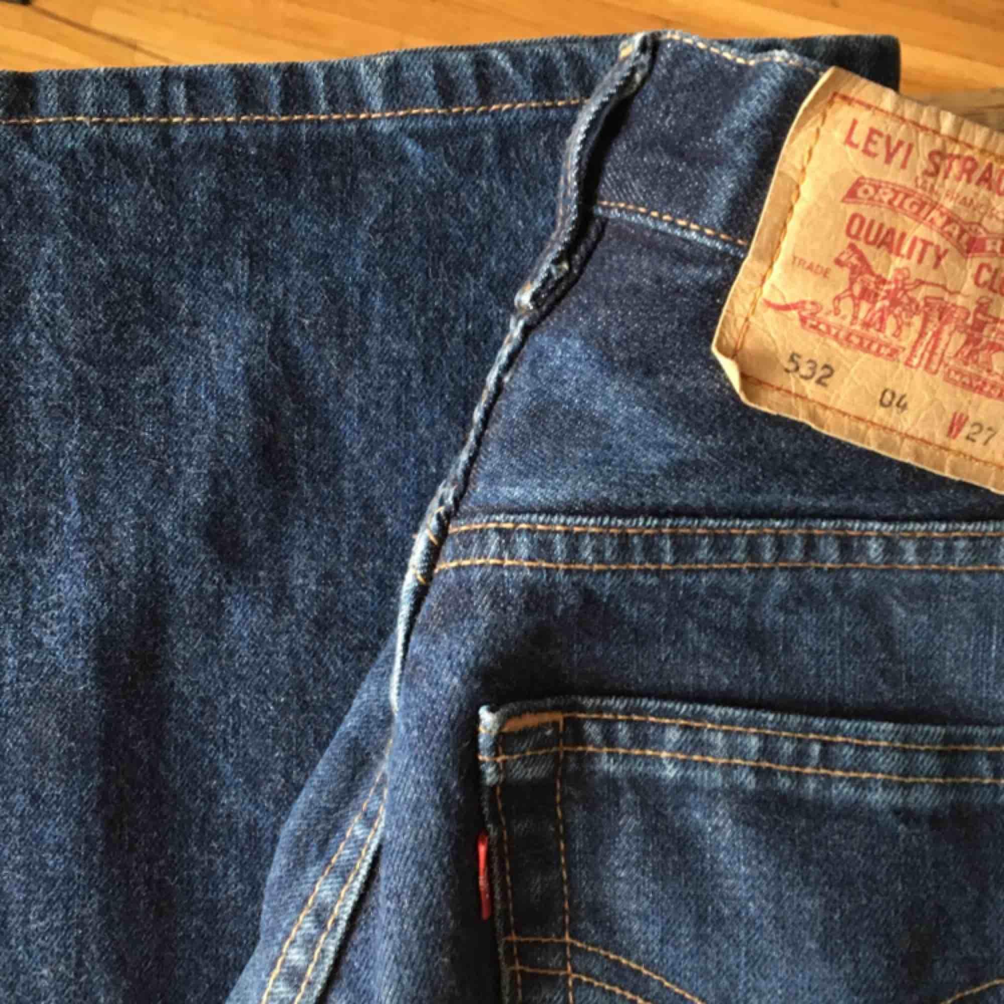 Säljer dessa Levis som jag skulle uppsatta är i strl W24 (XXS eller mindre XS). Modell är typ kickflares, supersnygga som jag önskade fortfarande passade mig :/. Jeans & Byxor.