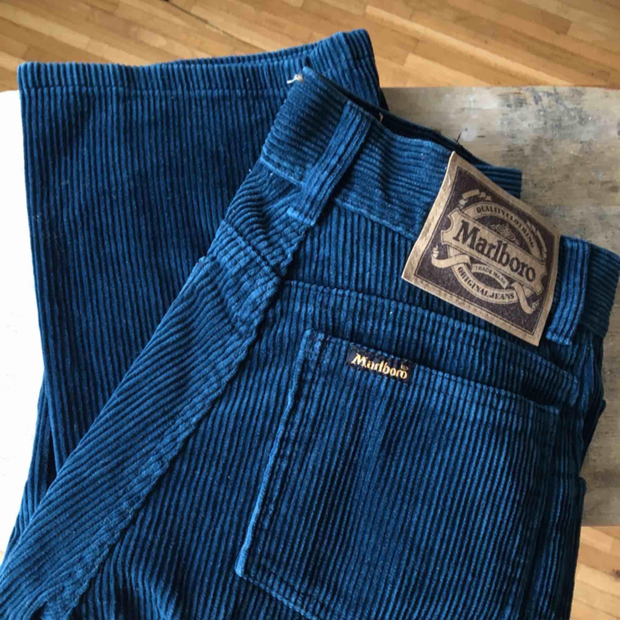 Gahah! Säljer dessa satanssnygga sällsynta Marlboro jeans i MANCHESTER! I grön/blå färg och är straight legs! Tyvärr för små för mig så inte kunnat använda de :/ därav är de som helt nya! Skulle säga att de nassar en XS eller XXS. Jeans & Byxor.