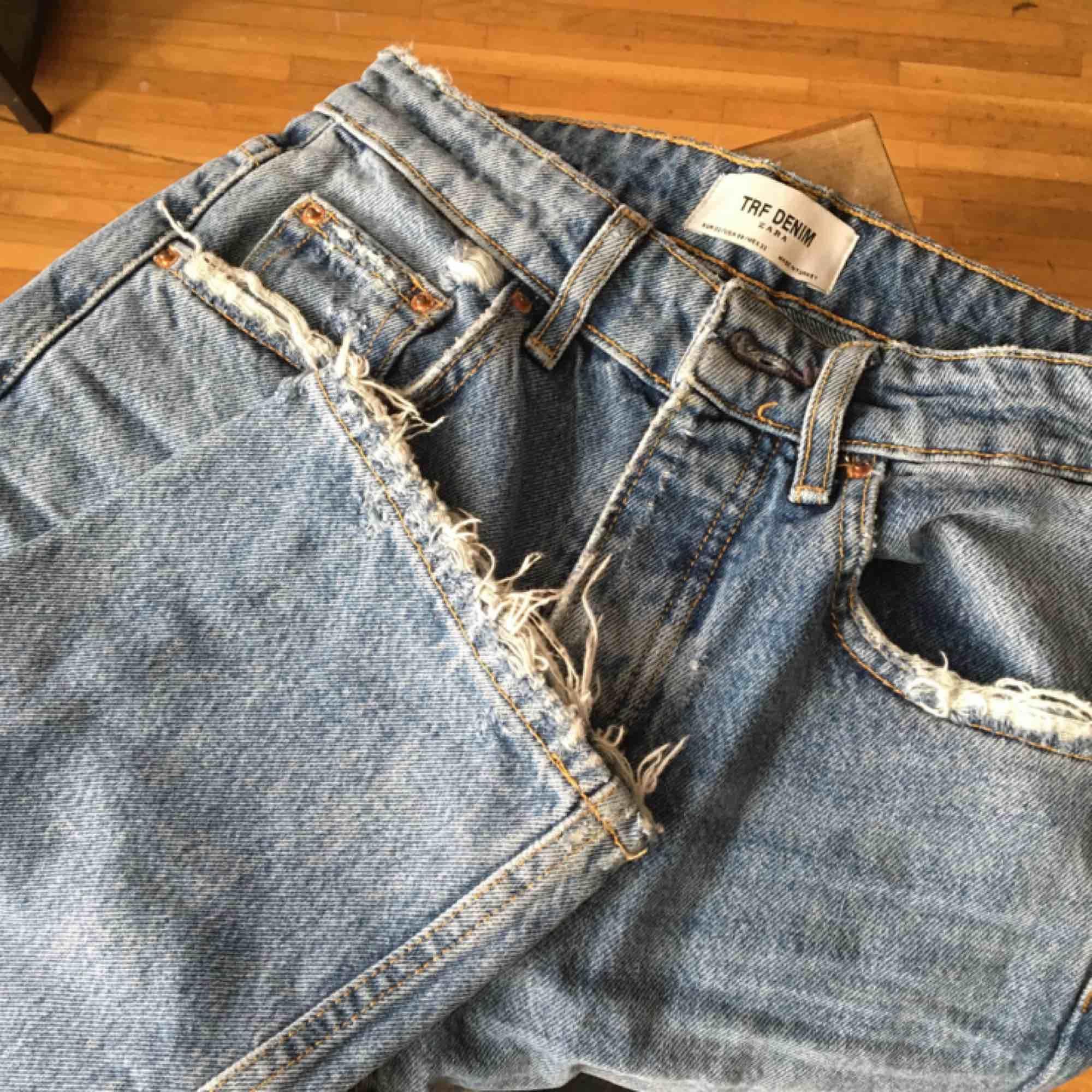 Supersnygga straight leg jeans i strl 32, dvs XS. Endast testade så är som nya!. Jeans & Byxor.