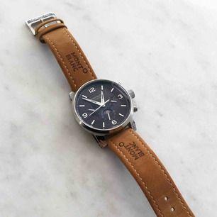 """Automatisk mekanisk klocka, kräver inget batteri utan vrids upp med hjälp utav mekanismen inuti klockan. Mycket mer """"smooth"""" sekundvisare än en Quartz-klocka som tickar.  Väldigt fin klocka, lätt använd, som ny.  Montblanc replica av hög kvalite."""