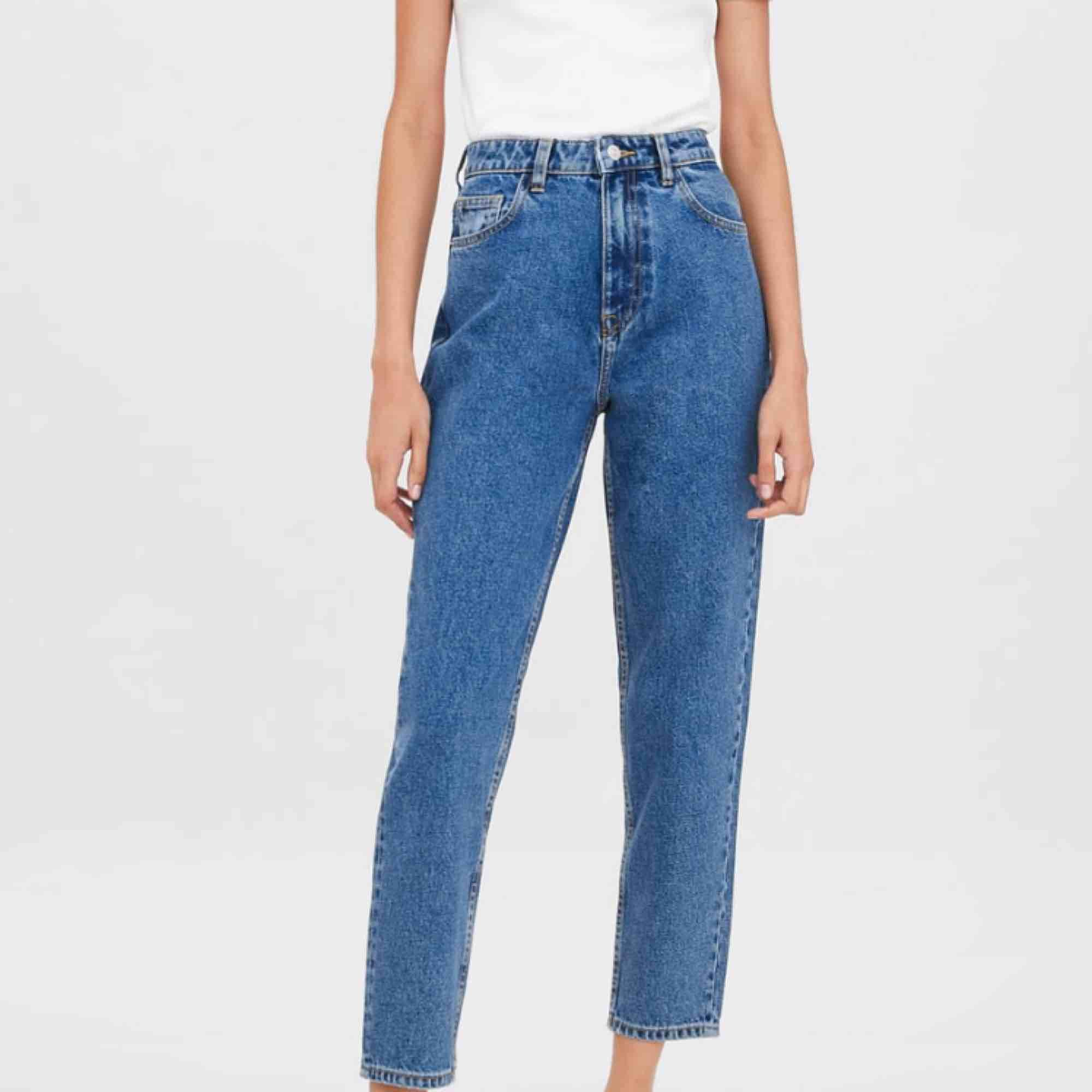 Mom jeans från zara!! Använder inte dessa längre därför säljer jag! Nypris är 350kr! . Jeans & Byxor.