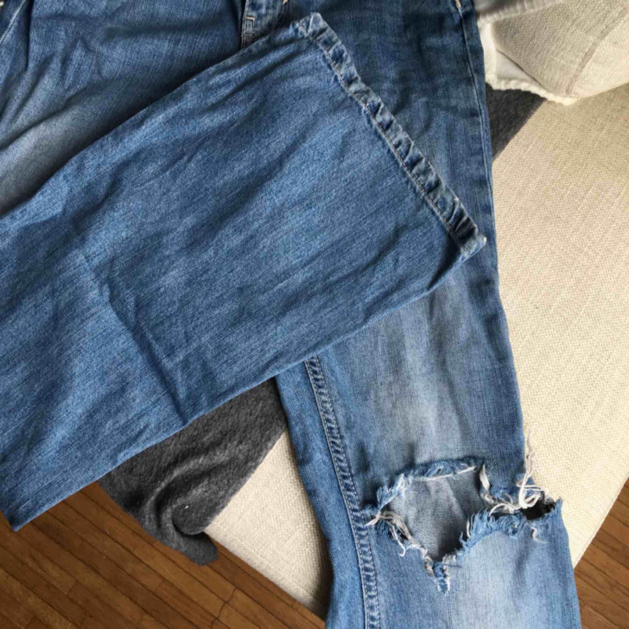 Bootcuts som är för små för mig</3 från bikbok med hål i ena knäet! . Jeans & Byxor.