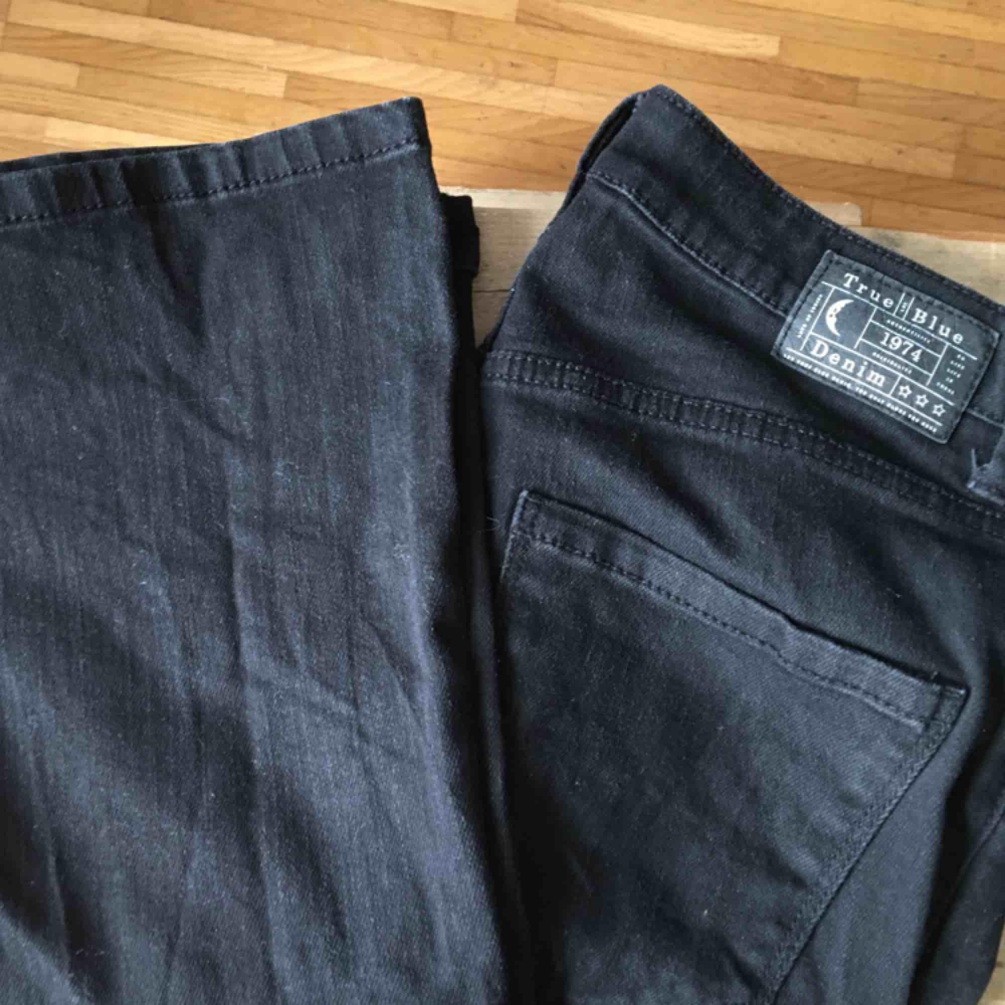Svarta bootcuts med ett hål i knäet<3 superflattering men kommer inte till användning! . Jeans & Byxor.