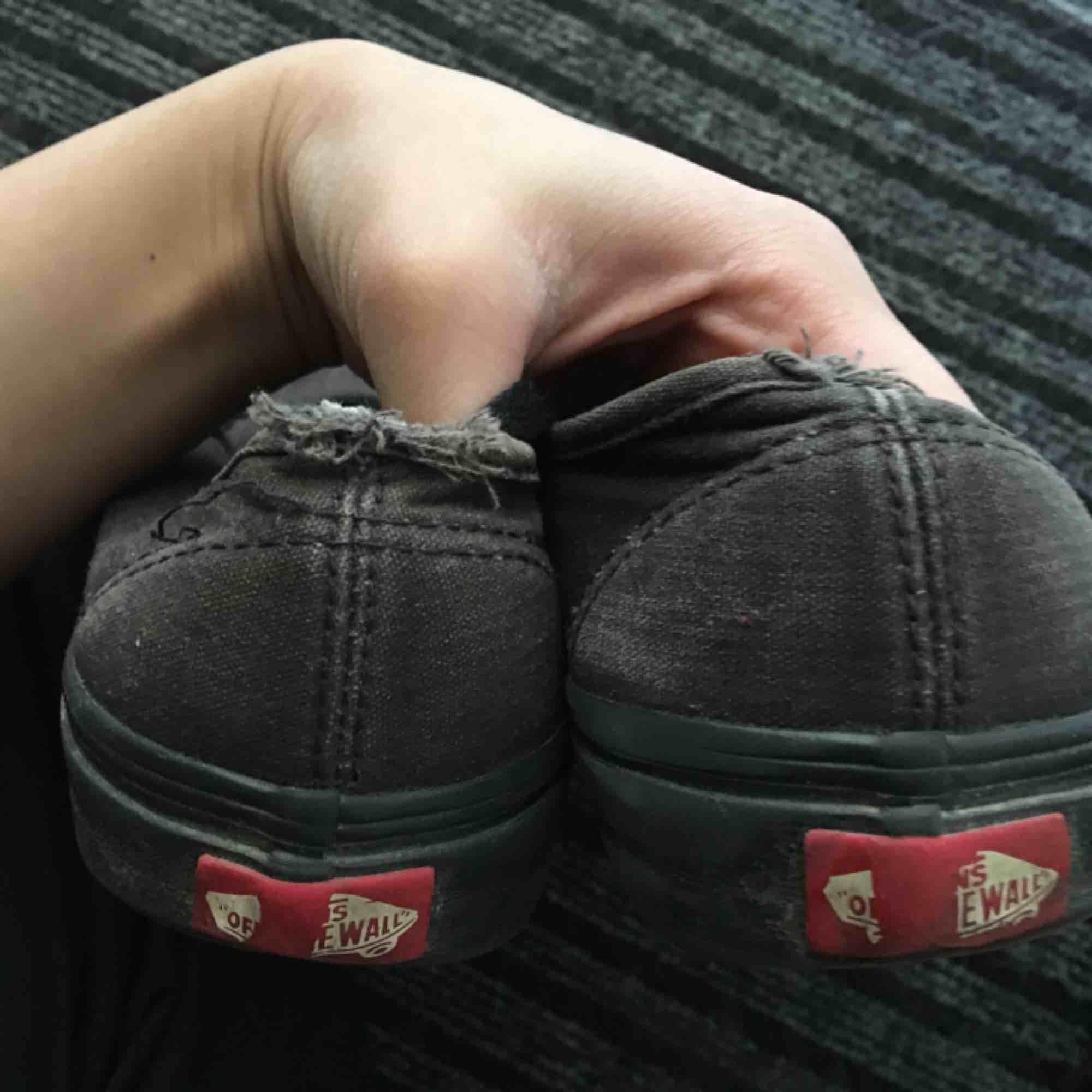 Svarta vans i strl 38(women US 7.5) Tvätta de så ser de nästan nya ut eller rocka the scruffy vans<3  . Jeans & Byxor.