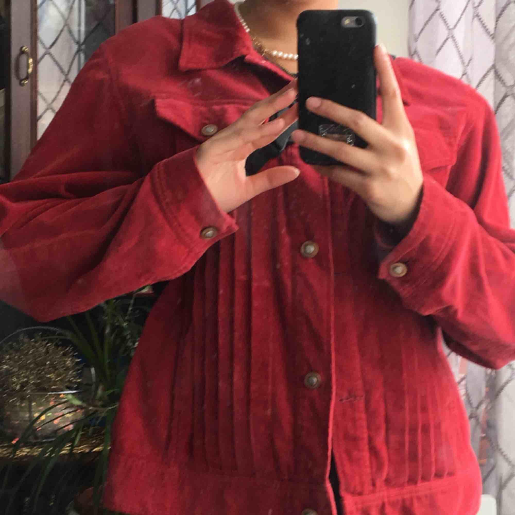 Vinröd jacka i manchester<3 . Jackor.