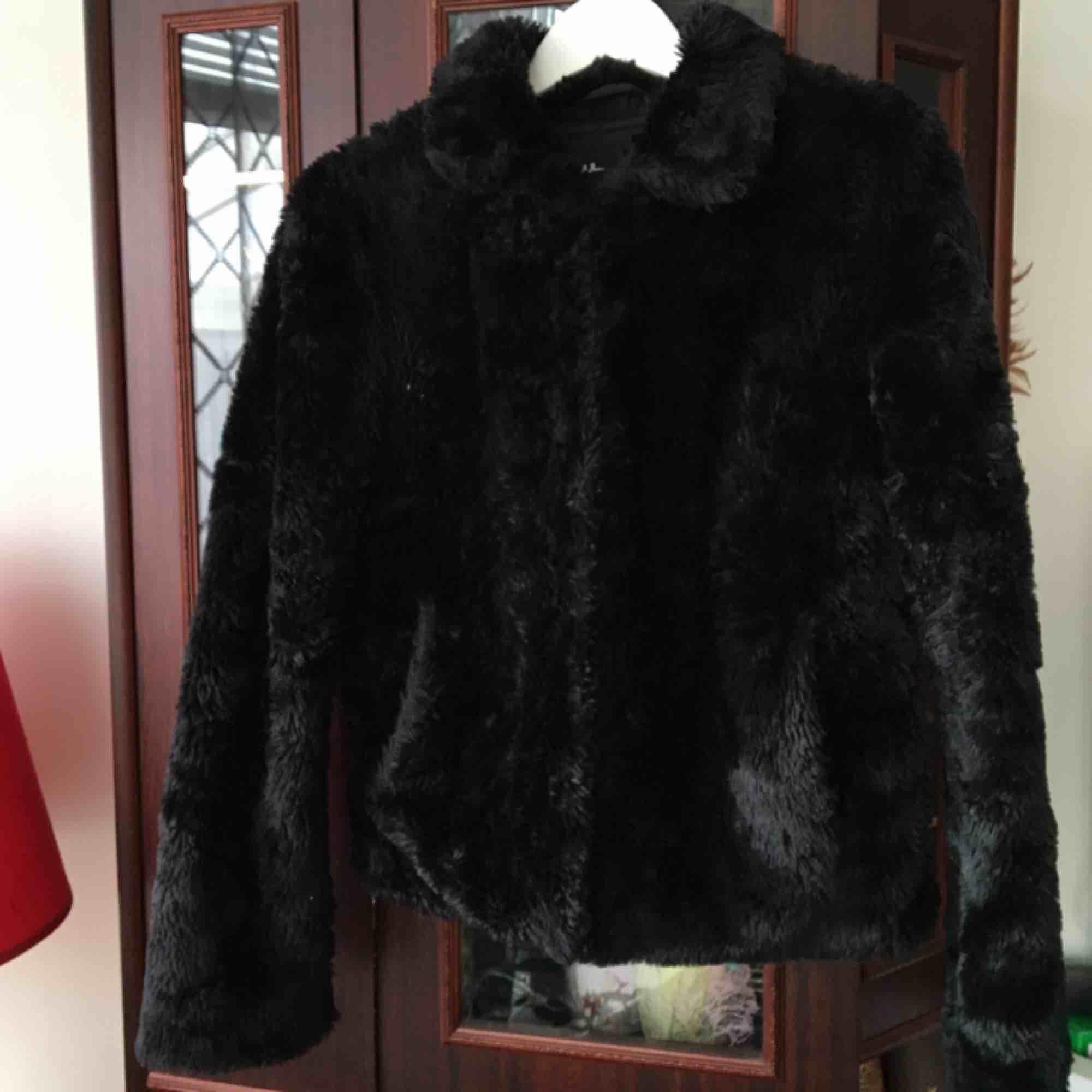 Säljer min svarta snygga pälsjacka! Är i strl 38 (M) men passar mig som är strö 34<3. Jackor.