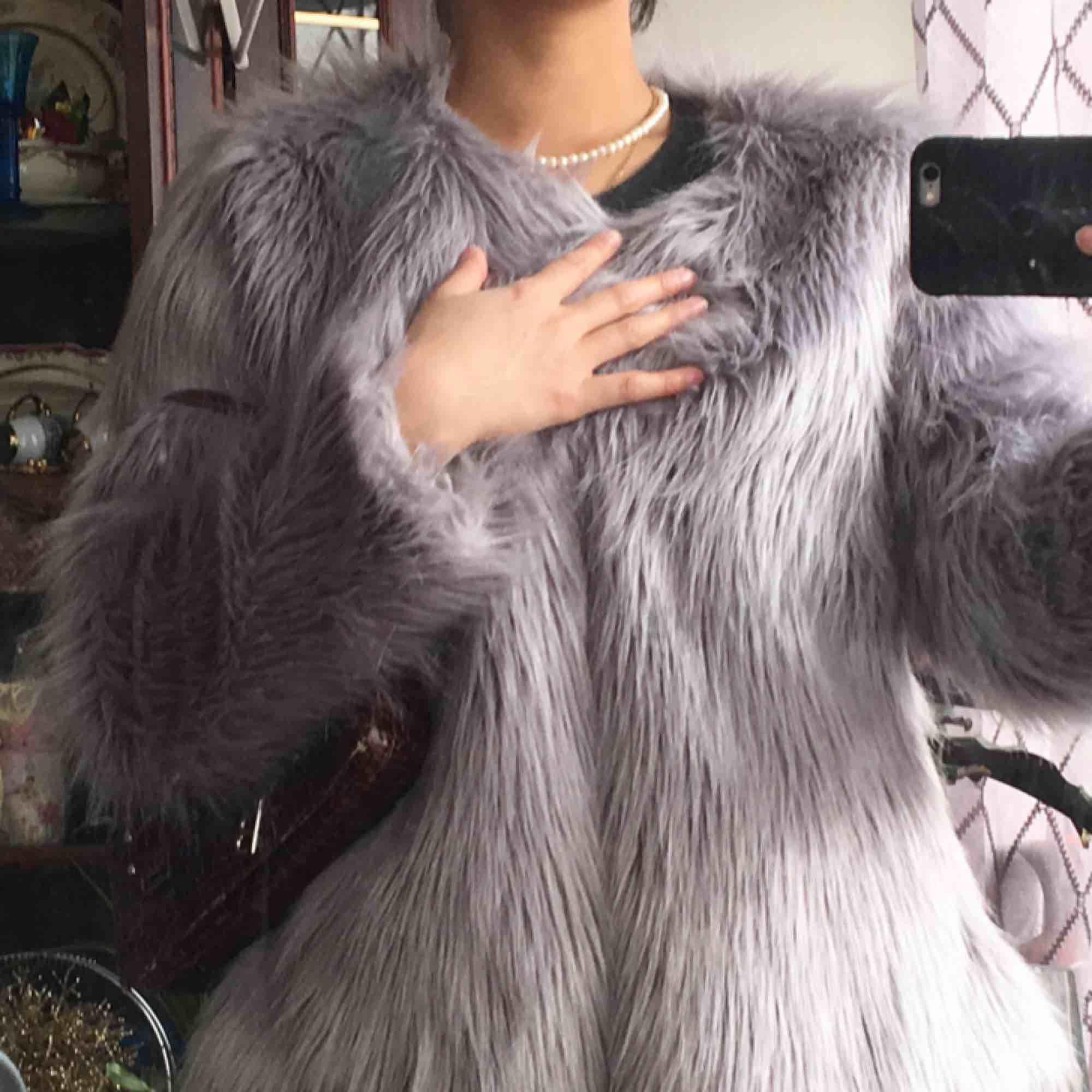 Pälsjacka som aldrig använts! I grå färg i strl M men jag är en XS! . Jackor.