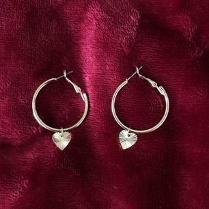 Säljer dessa guldiga örhängen med ett hjärta på. Använd få gånger så ser oanvända ut! Säljer pga för lite användning! Köparen står för frakt annars kan jag mötas upp på söder💖