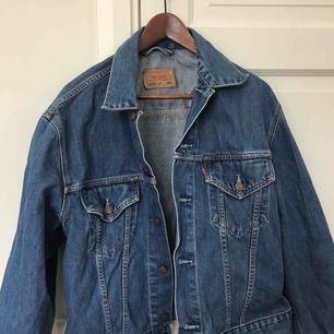 Jeansjacka från Levi's. Storlek XXL men ganska liten i storleken så har använts som oversized jacka av mig som har storlek 38 i vanliga fall. Köparen står för frakt, betalning sker via swish.